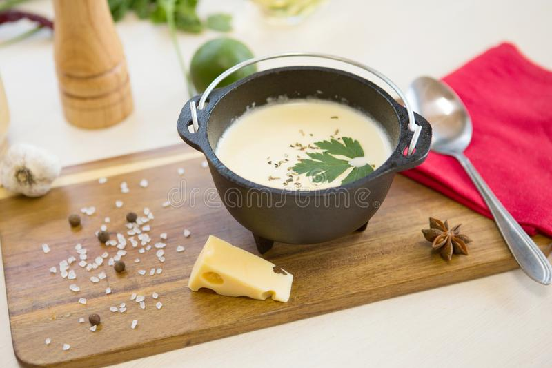 Sopa vegetal hecha en casa del queso Comida poner crema orgánica fresca de la comida de la sopa imagen de archivo
