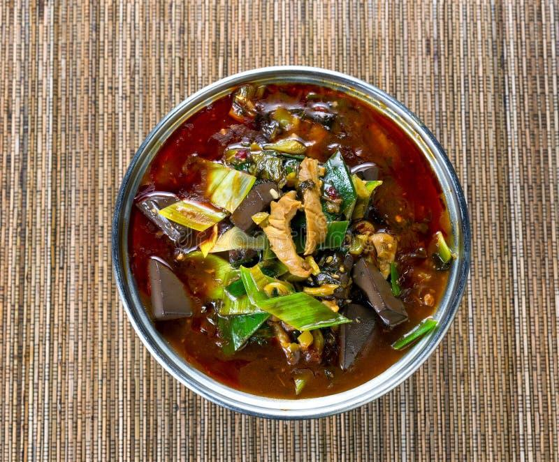 Sopa vegetal picante recentemente cozinhada no potenciômetro no backgro de bambu da esteira imagem de stock