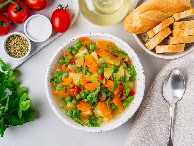 Sopa vegetal, prato de vegetariano brilhante da mola Cenouras, batatas imagem de stock