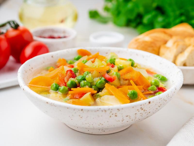 Sopa vegetal, prato de vegetariano brilhante da mola Cenouras, batatas foto de stock