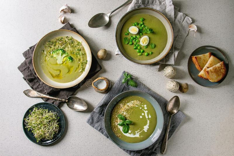 Sopa vegetal verde foto de stock