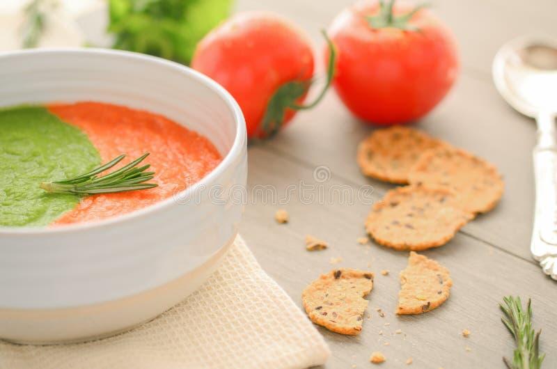 Sopa vegetariana cruda en el cuenco imagenes de archivo
