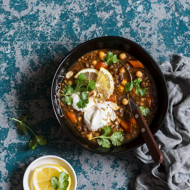 Sopa vegetariana de la lenteja y del garbanzo Concepto sano del alimento imágenes de archivo libres de regalías