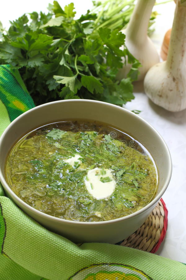 Sopa verde com creme ácido imagens de stock