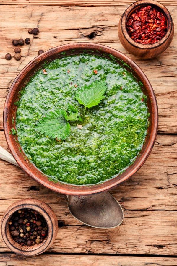 Sopa verde de la ortiga imagen de archivo
