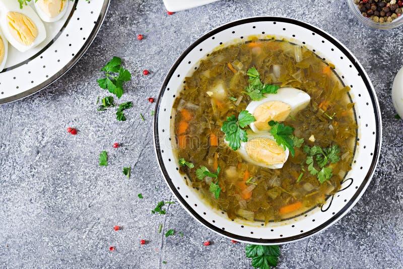 Sopa verde del alazán con los huevos Menú del verano Alimento sano Endecha plana imagen de archivo