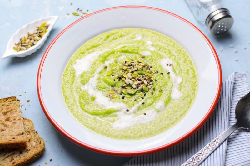 Sopa verde do creme dos brócolis do vegetariano com mistura do leite e da semente do caju, comer saudável da desintoxicação imagens de stock
