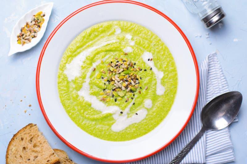 Sopa verde do creme dos brócolis do vegetariano com mistura do leite e da semente do caju, comer saudável da desintoxicação fotografia de stock royalty free
