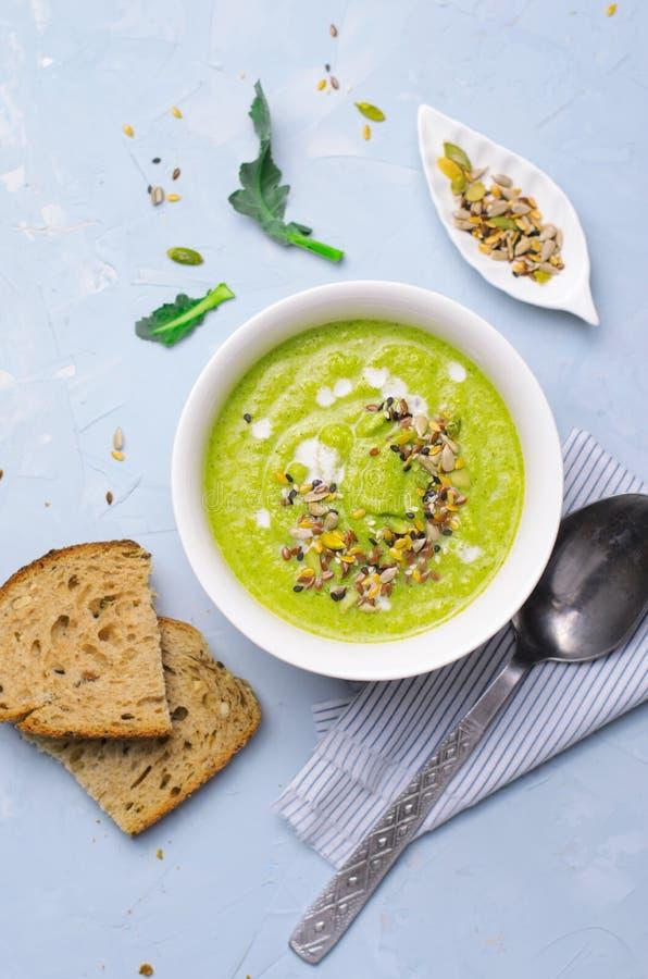 Sopa verde do creme dos brócolis do vegetariano com mistura do leite e da semente da Não-leiteria, comer saudável da desintoxicaç foto de stock