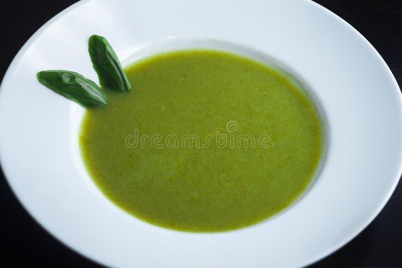 Sopa verde saudável fresca Sopa vegetal com manjericão fotos de stock