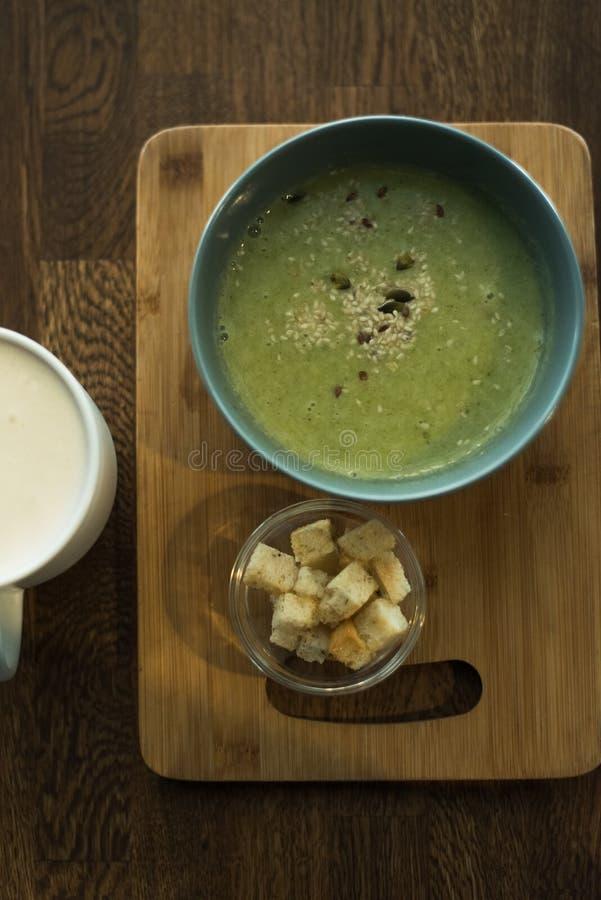 Sopa verde vegetariana del bróculi imágenes de archivo libres de regalías