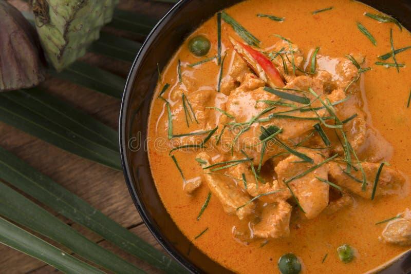 Sopa vermelha de curry tailandesa,Corinto vermelho tradicional da Tailândia com carneiro de carne bovina, porco ou frango em nome fotografia de stock royalty free