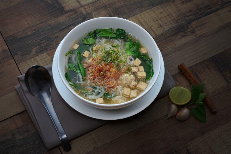 Sopa vietnamita ( de la salchicha de cerdo de los tallarines; pho) en el cuenco blanco foto de archivo libre de regalías