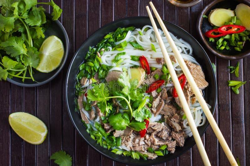 Sopa vietnamita tradicional Pho con los tallarines de la carne de vaca y de arroz foto de archivo libre de regalías