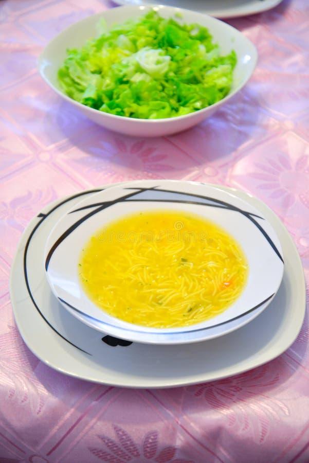 Sopa y ensalada calientes frescas imagen de archivo