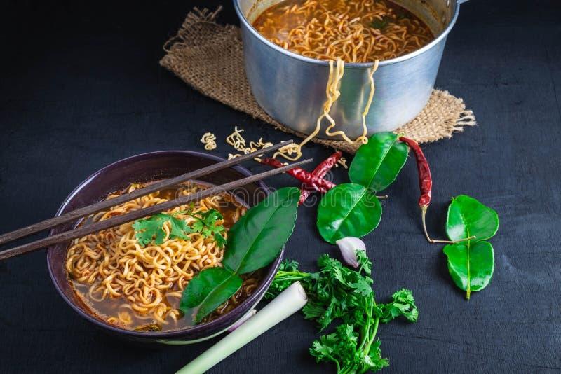 Sopa y verduras de tallarines inmediatos picante en un fondo negro imagen de archivo libre de regalías