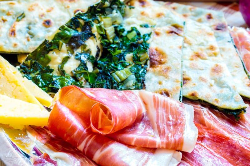 Soparnik mit Prosciutto und Käse stockbild