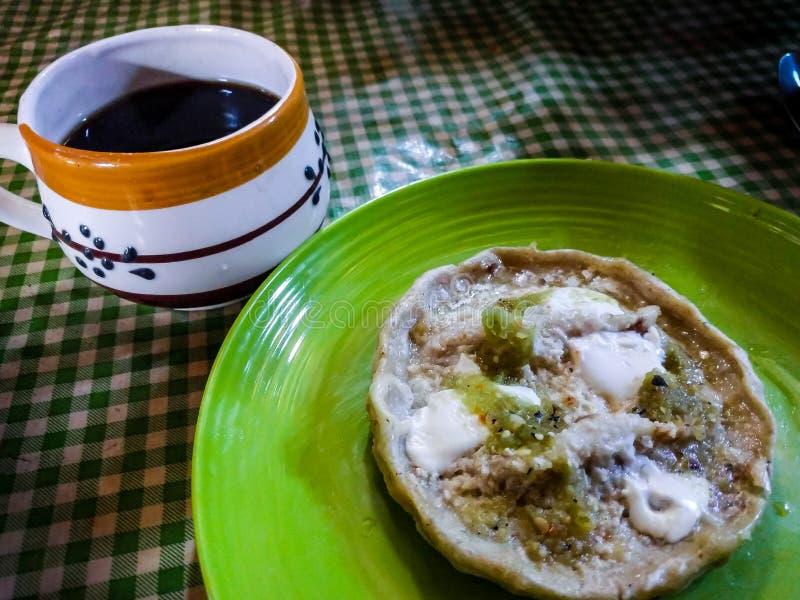 Sope和无奶咖啡 墨西哥钉书针 免版税库存图片