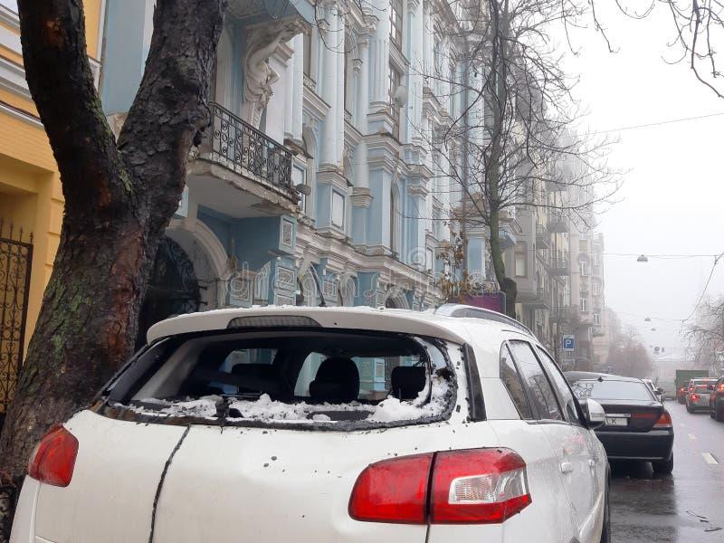 Sopel roztrzaskiwał samochodu tylni okno zdjęcie stock