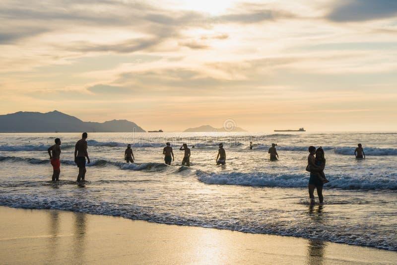 Sopelana Beach, Spanien - 16. August 2019: Menschen schwimmen im Ozean Schöner Sonnenuntergang im Baskenland, nördlich von Spanie stockfotos