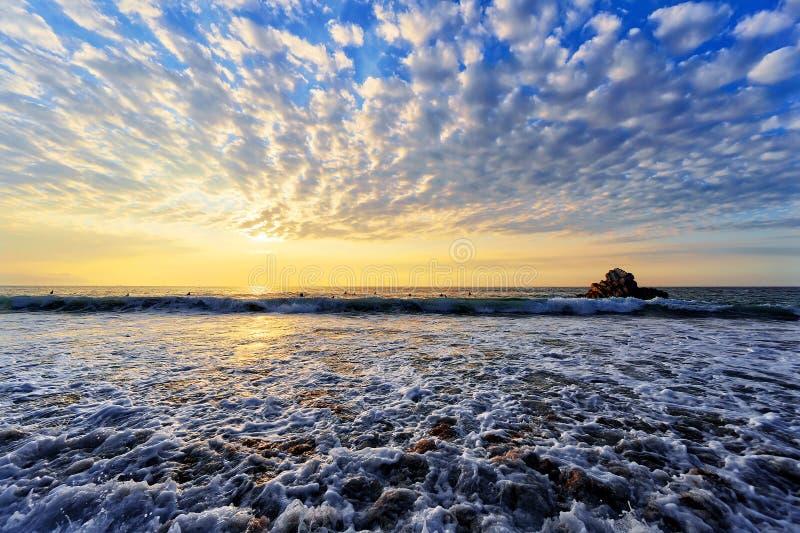 Sopelana strand bij zonsondergang stock afbeelding