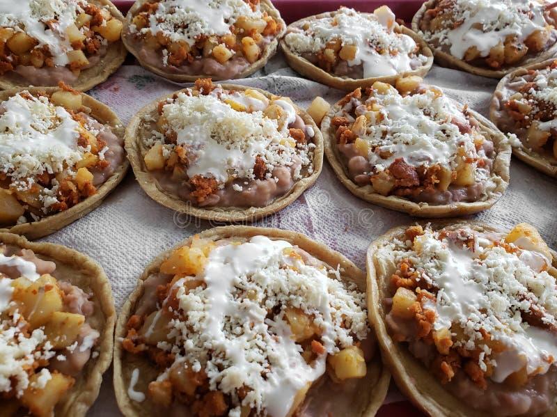 sopes av potatisar med chorizoen, kräm och ost, traditionell mexikansk mat royaltyfria foton