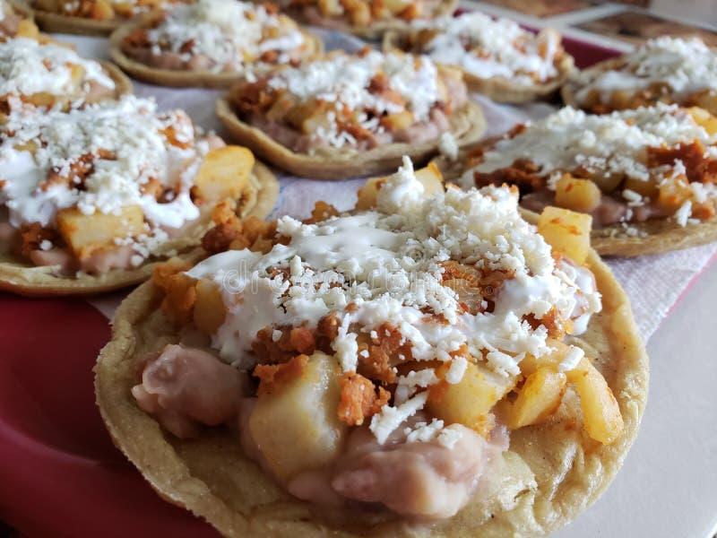 sopes das batatas com chouriço, creme e queijo, alimento mexicano tradicional fotografia de stock royalty free