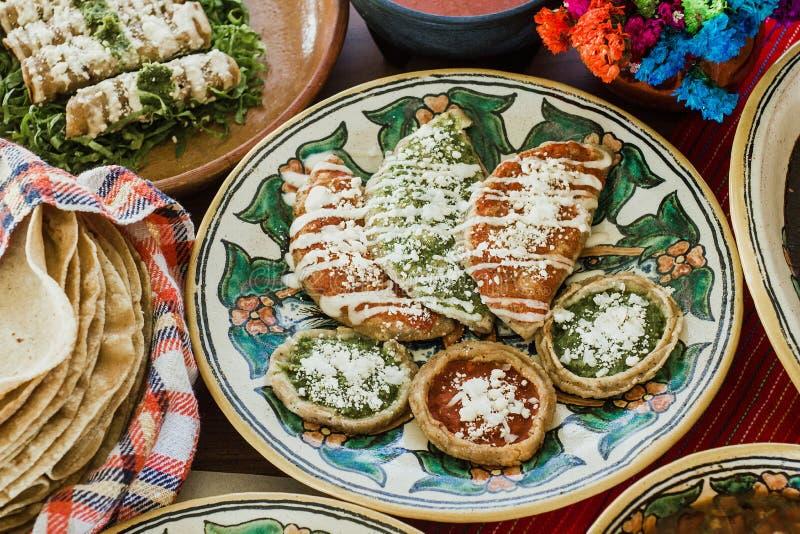 Sopes, dorados de los tacos y flautas de pollo, comida mexicana, salsa picante en M?xico imagenes de archivo
