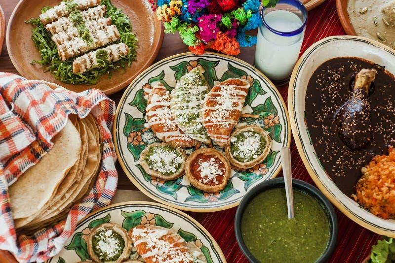 Sopes, dorados de tacos et flautas de pollo, nourriture mexicaine, sauce ?pic?e au Mexique photo stock
