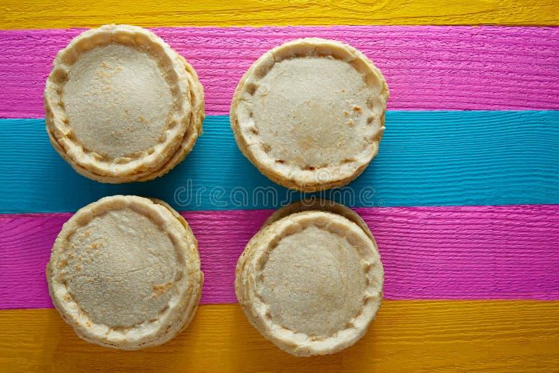 Sopes met de hand gemaakt Mexicaans traditioneel voedsel stock afbeelding