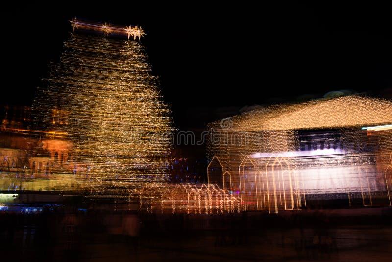 Sophia Cathedral och julpynt på natten i Kiev Ukraina julpynt i suddighet på natten i Kiev royaltyfri foto