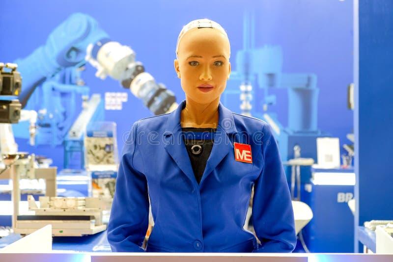 Sophiarobot op blauw ingenieursoverhemd stock foto's