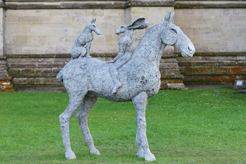 Sophie Ryder Art Exhibition à la cathédrale de Salisbury image stock