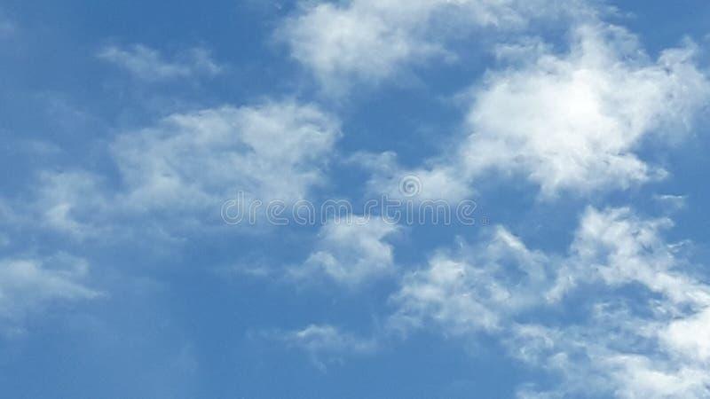 Sopló el sitio de las nubes del blanco del cielo para las notas foto de archivo