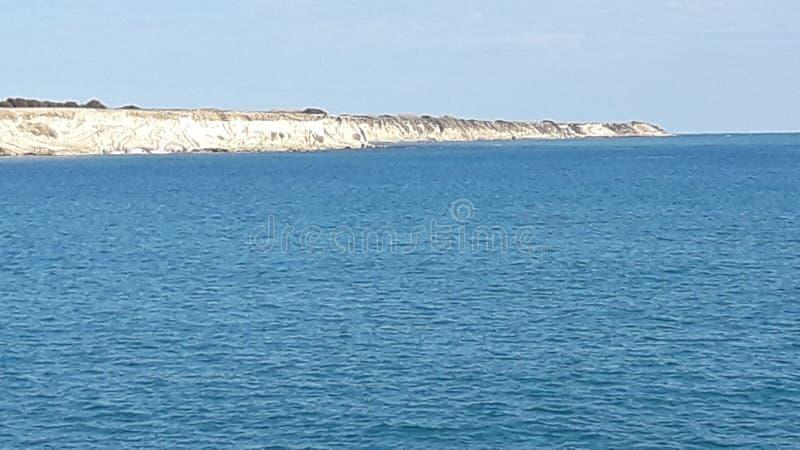 Sopló la naturaleza natural de la roca del cielo de la hermosa vista del mar imagen de archivo libre de regalías