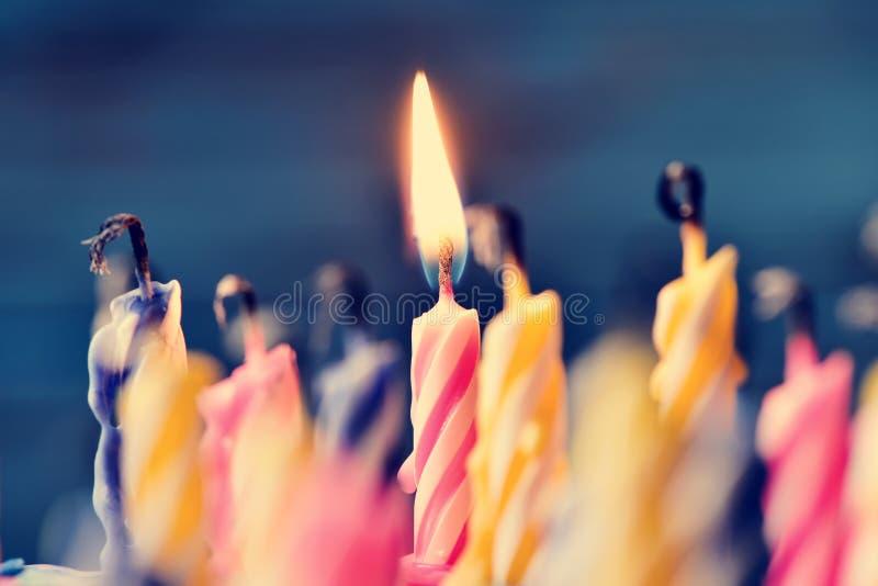 Soplar hacia fuera las velas de una torta imagenes de archivo