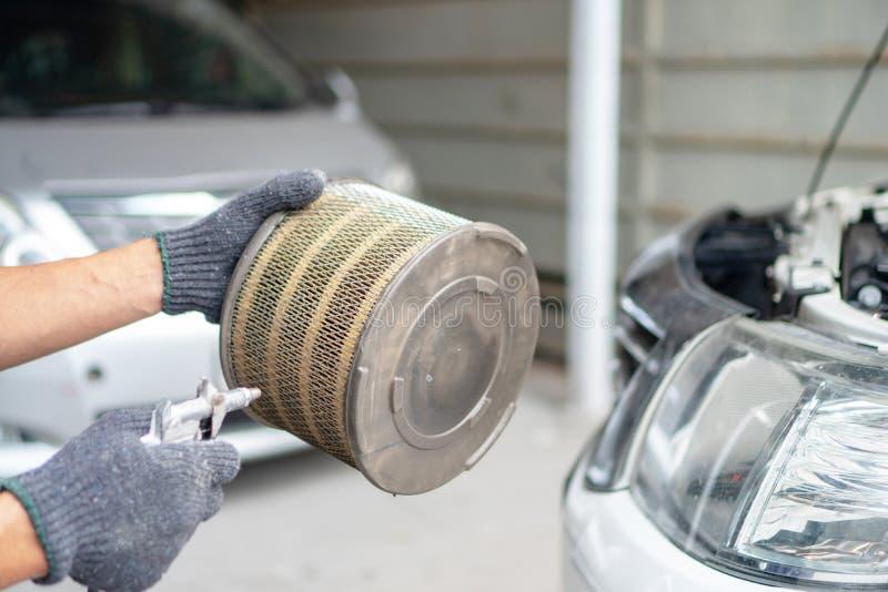 Sople el filtro de aire del coche fotos de archivo