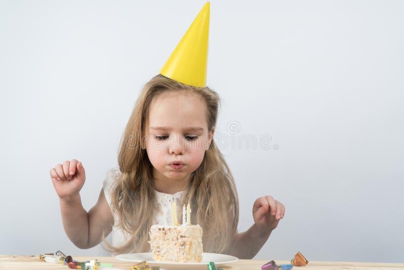 Sople las velas hacen a un niño del cumpleaños del deseo imagen de archivo libre de regalías