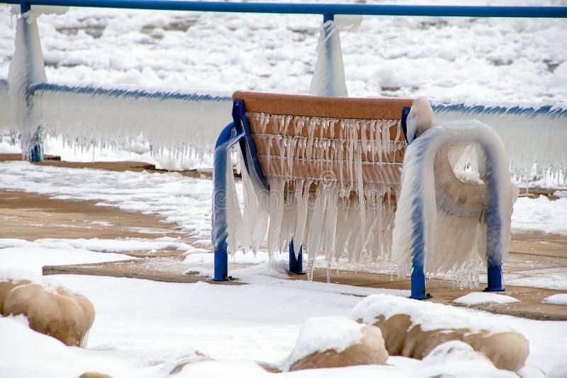 Sople na parkowej ławce zdjęcie royalty free