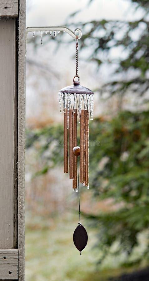 Sople na Zamarzniętym Miedzianym Wiatrowym Chime zdjęcie stock