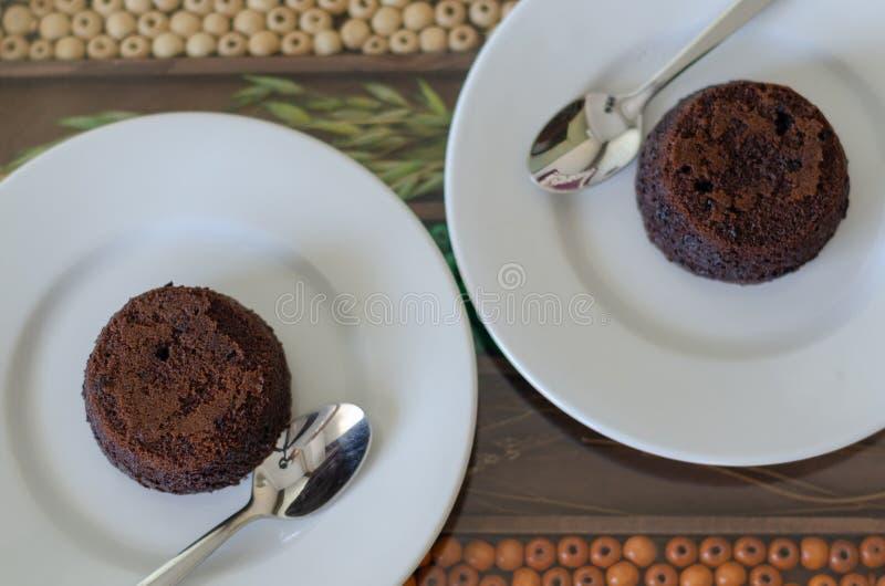 Soplo de la torta del chocolate caliente en superficie decorativa imagen de archivo libre de regalías