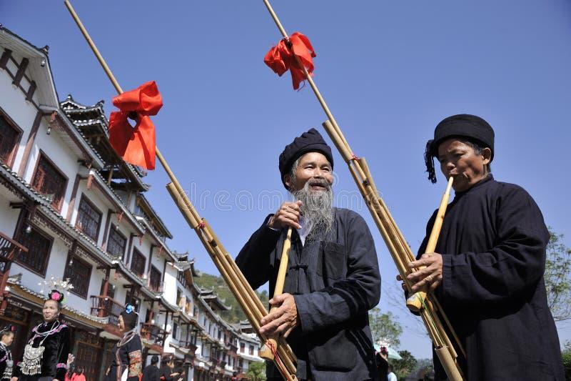 Soplo Lusheng, hombres de la nacionalidad de Miao imagenes de archivo