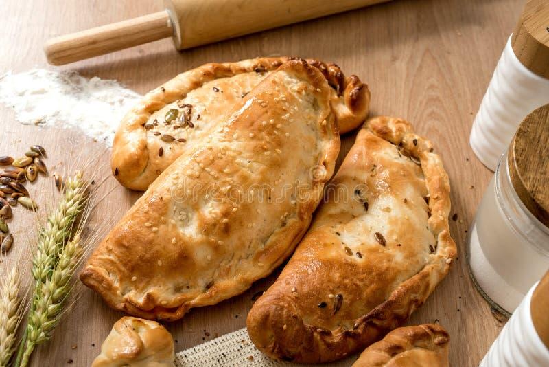 Soplos de los pasteles del jamón y del queso en la tienda local de la panadería imágenes de archivo libres de regalías