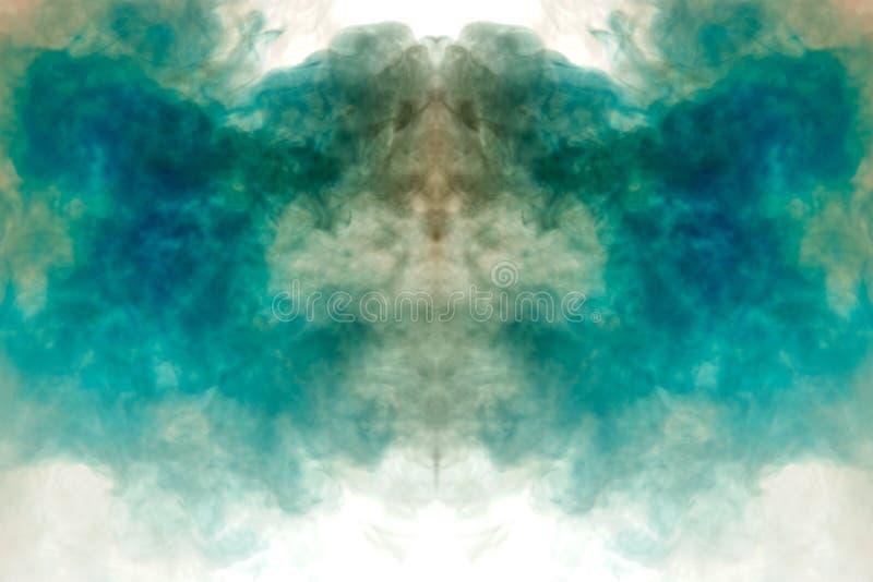 Soplos del humo multicolor que dispersan en un fondo blanco y que se alzan como las llamas del fuego azul y blanco, tomando en imagen de archivo libre de regalías