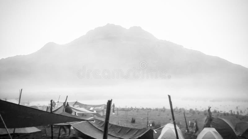 Soporte Apo, la montaña más alta de Filipinas, sitio para acampar del venado del lago imagenes de archivo