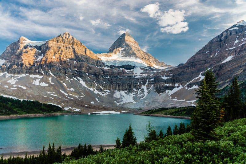 Soporte Assiniboine con el lago foto de archivo