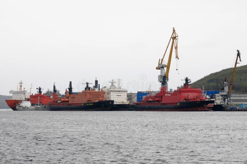 Soporte atómico del rompehielos en la pared del puerto de Murmansk fotografía de archivo
