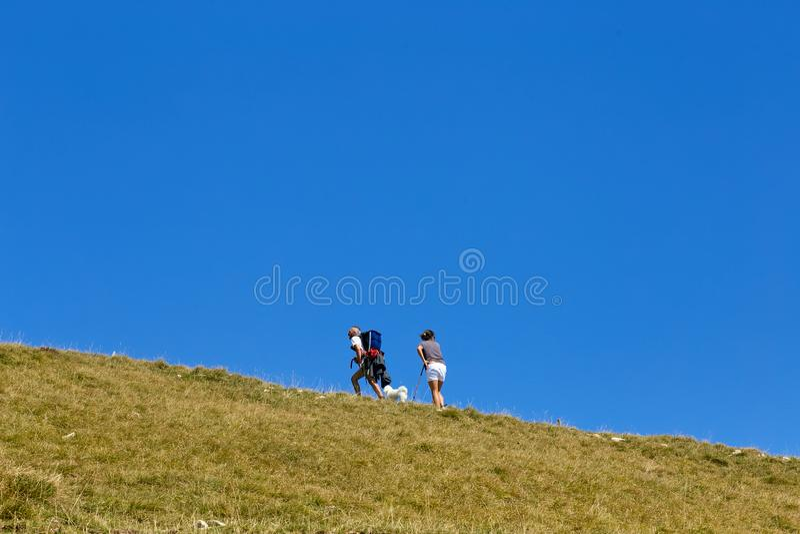 Soporte Baldo, Italia - 15 de agosto de 2017: turismo de la montaña que camina la gente sube la montaña imagenes de archivo