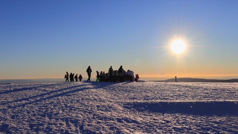 SOPORTE BROCKEN, SAXONY-ANHALT, ALEMANIA - 15 DE FEBRERO DE 2019: Gente que goza del sol del invierno encima del soporte Brocken fotografía de archivo