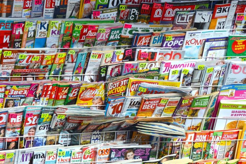 Soporte con la prensa Revistas, periódicos Selección enorme, variedad foto de archivo
